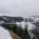 Před námi poslední zákruta. Mobil už trochu namokl. Napravo ten kopec je Slamník, na vrcholku je vidět konec vleku.