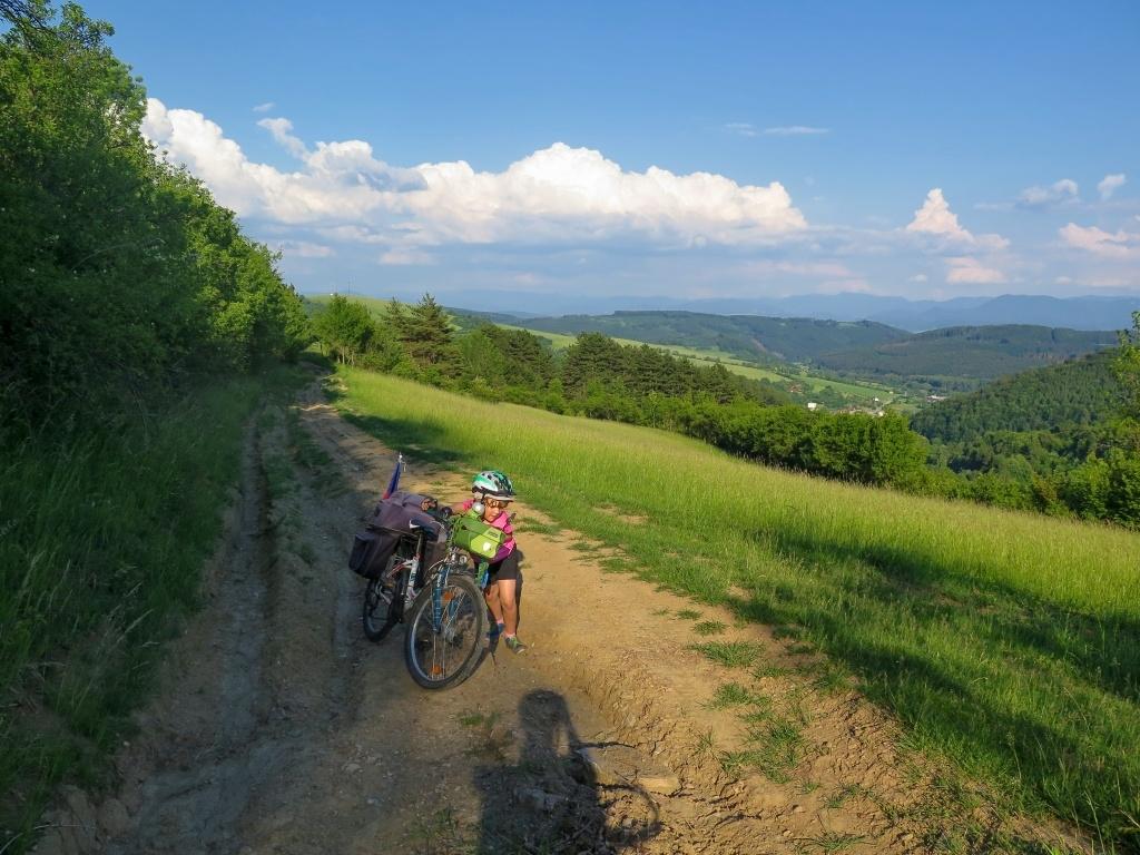 ... ale tady už jsme jenom tlačili. Ale přece to nebudeme 20 km objíždět! :-) Navíc ty výhledy!