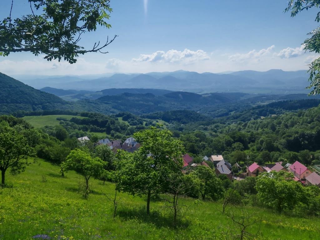 Výhledy na vesničku a na Strážovské vrchy