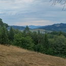 Pokračujeme po zelené turistické dál, výhledy máme na slovenské Biele Karpaty a za nimi výrazný zub hory Kľak, kde jsme vandrovali vloni