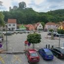 Brumov - vyhlídka z pizzerie na náměstí a zdejší hrad