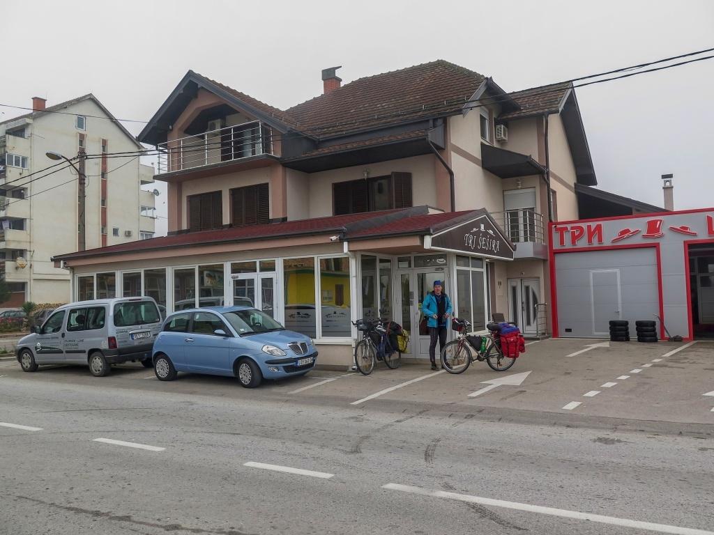 """V Ljubovitě, poblíž hranic s Bosnou jsme měli rezervovaný pokojík v malém penzionu Tri šešira a měli jsme v plánu nechat si tady po čtyři dny naše auto. """"Nema problema,"""" zněla odpověď majitele, dokonce nám pro naši starou káru vyhradil místo střežené kamerami."""