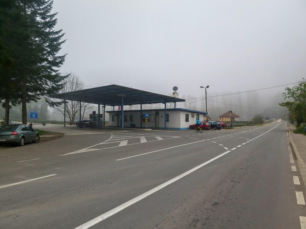 Ráno jsme nabalili kola a vyrazili na hraniční přechod do Bosny a Hercegoviny. Počasí bylo to ráno mlhavé a chladné.