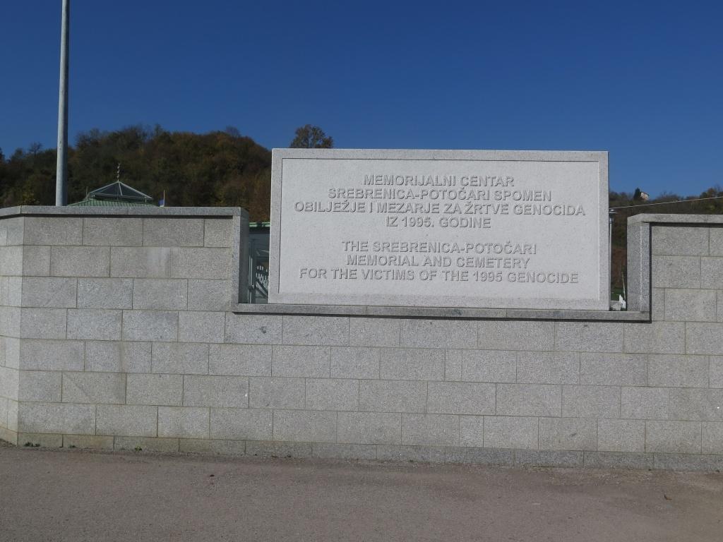 Mlha nad Drinou se už rozpustila a začal pěkný den. Po čtyřech kilometrech už zase zastavujeme - jsme v Potočari. V roce 1995 se v Srebrenici a okolí odehrál jeden z největších masakrů v Evropě od druhé světové války. Zavražděno bylo přes 8 tisíc lidí.