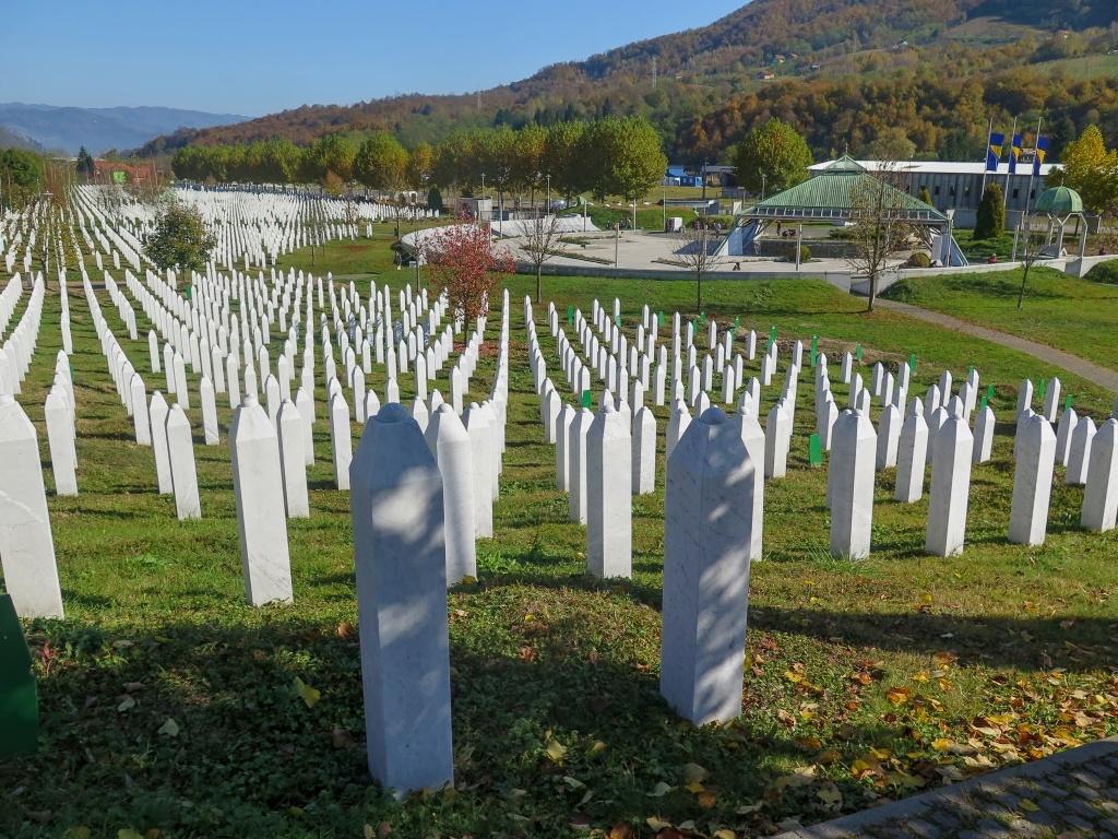 V Potočari byl vybudován památník, který je zároveň i hřbitovem pro oběti, které jsou vyzdvihovány z masových hrobů a důstojně pohřbívány. Doposud byly z téměř stovky masových hrobů a mnoha dalších míst vyzvednuty ostatky asi sedmi tisíc obětí a zde je jich pohřbeno více než šest tisíc.