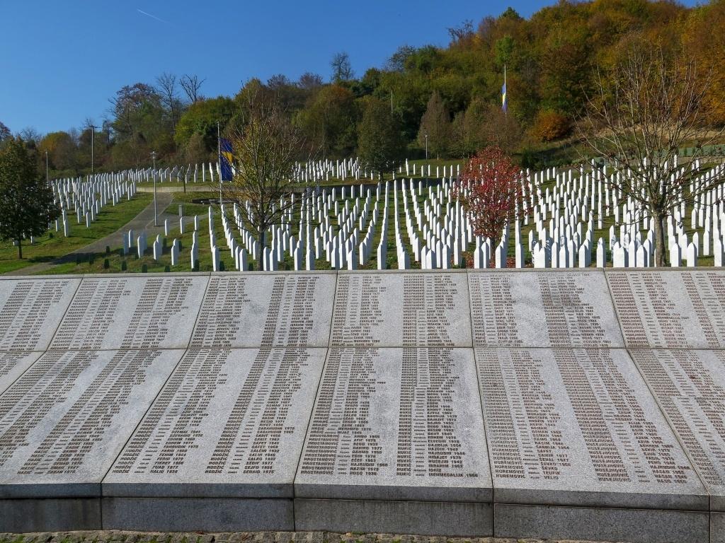 Památník obsahuje jména 8372 obětí. Depresivní místo. Srba tady nepotkáte.