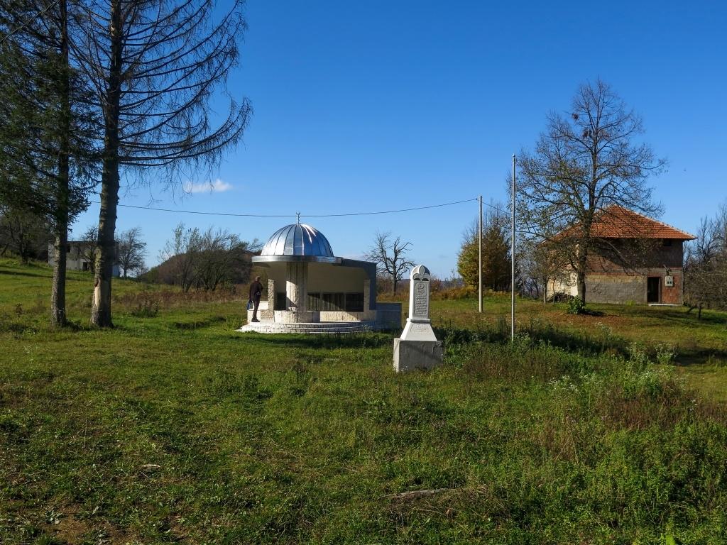Masakry neprobíhaly jenom ve Srebrenici, zavražděni byli i lidé v okolních vesnicích, podobných památníčků jsme viděli hodně.