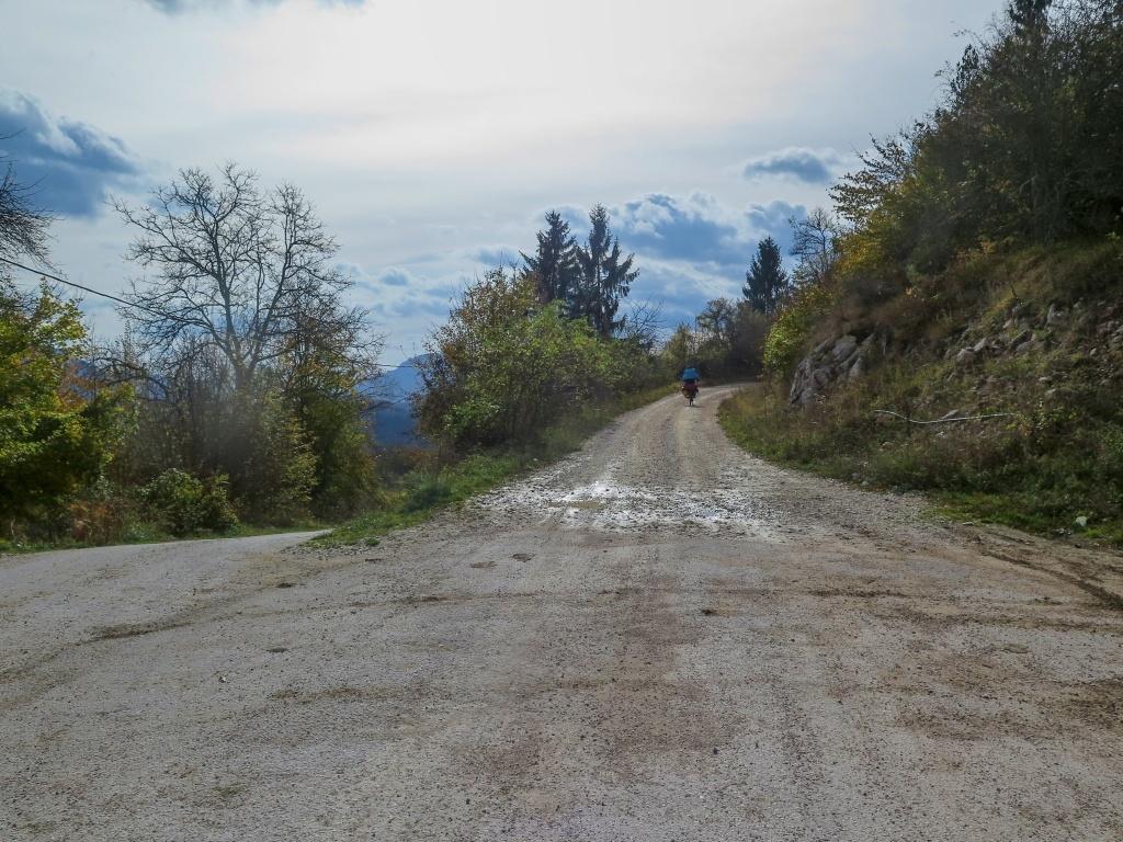 Najeli jsme na silnici (žlutou) a ... po pár kilometrech asfalt zase skončil. Na mapě se psalo spousta názvů, čekali jsme vesnice a obchody, ale nikde nic, jenom osamělá stavení.