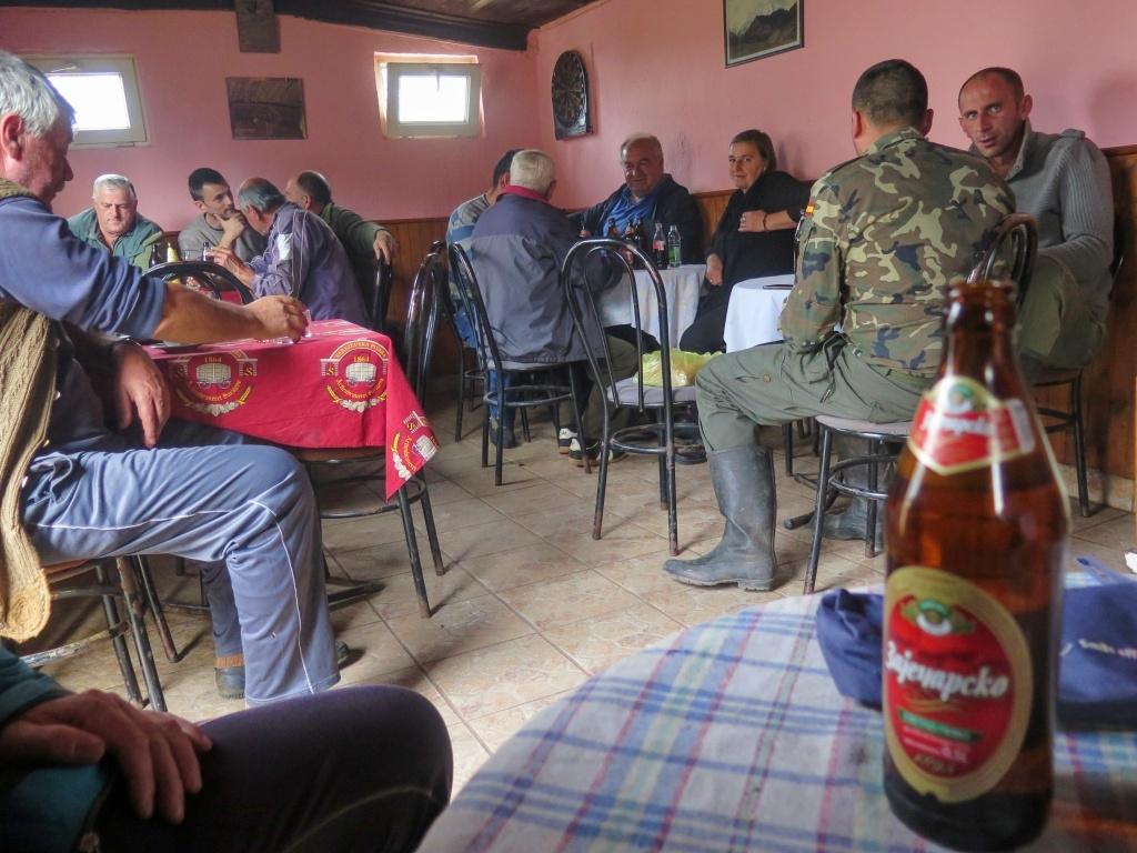 Podle mapy se to tu jmenuje Podmednik, cca 1000 metrů nad mořem. Je tu významná křižovatka a u ní bar plný chlapů :-) Konečně civilizace :-) Zašli jsme na pivo (Zaječarsko - jsme stále v Republice Srbské), kafe (na účet podniku) a brambůrky (což bylo jediné jídlo, co tam měli)