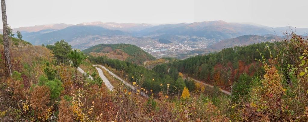 A tenhle podhled byl překvapením! Serpentiny a dole v údolí město Višegrád.