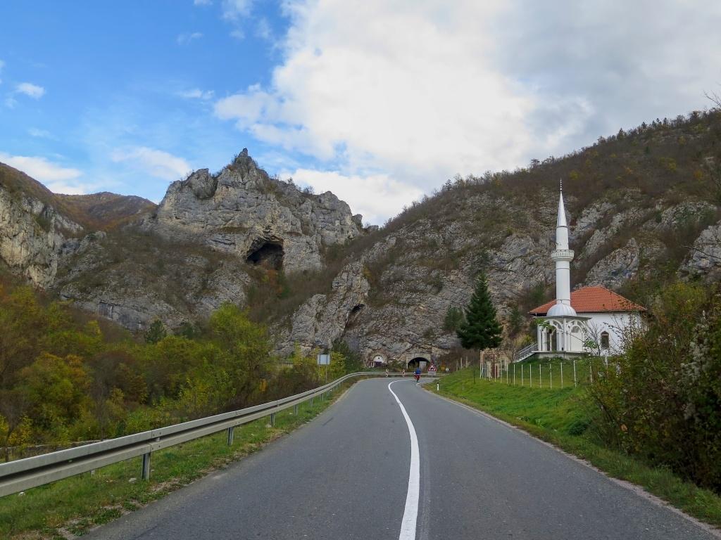 Silnice podél řeky Rzav tvoří i tady pěknou soutěsku s tunely