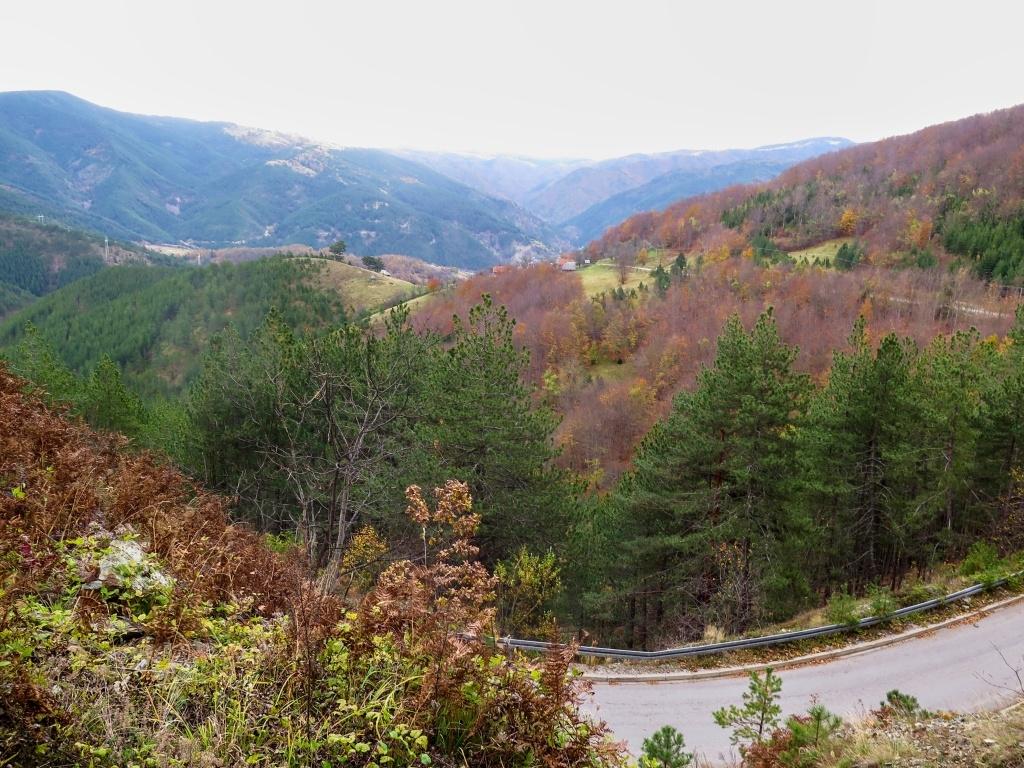 Ohlédnutí zpátky, přes ty kopce za údolím se kroutí železnička