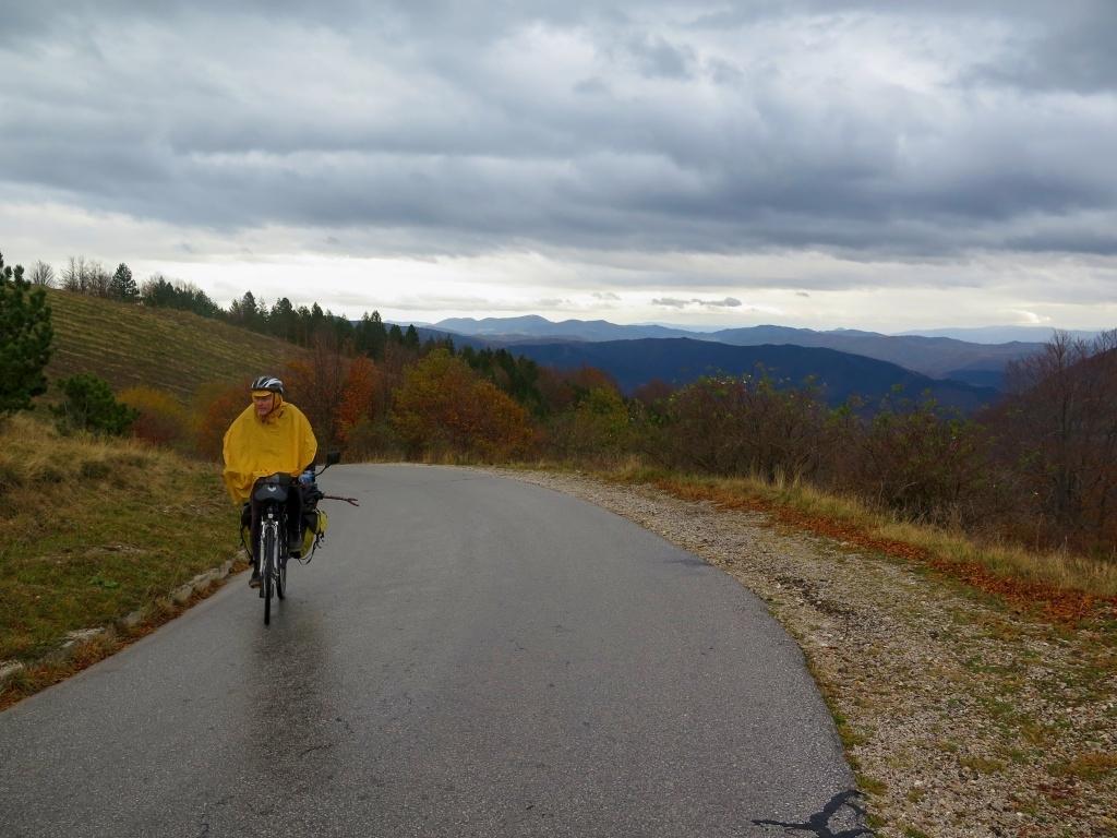 Co se dá dělat, nasadili jsme pláštěnky (aspoň jsme je netahali zbytečně) a jedeme dál. Stále do kopce a zatím po asfaltu.