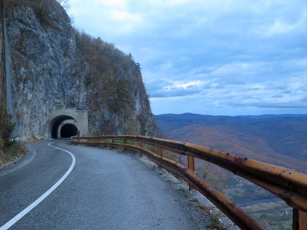 V kolmé skalní stěně, v níž je vytesaná silnice, nocleh fakt nenajdeme :-)