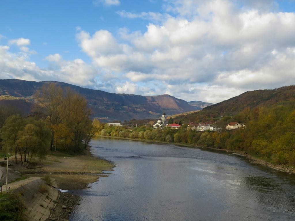 A pak přes most opět do Bosny, vezmeme to podél řeky Driny bosenskou stranou, silnička nám tam přišla míň frekventovaná