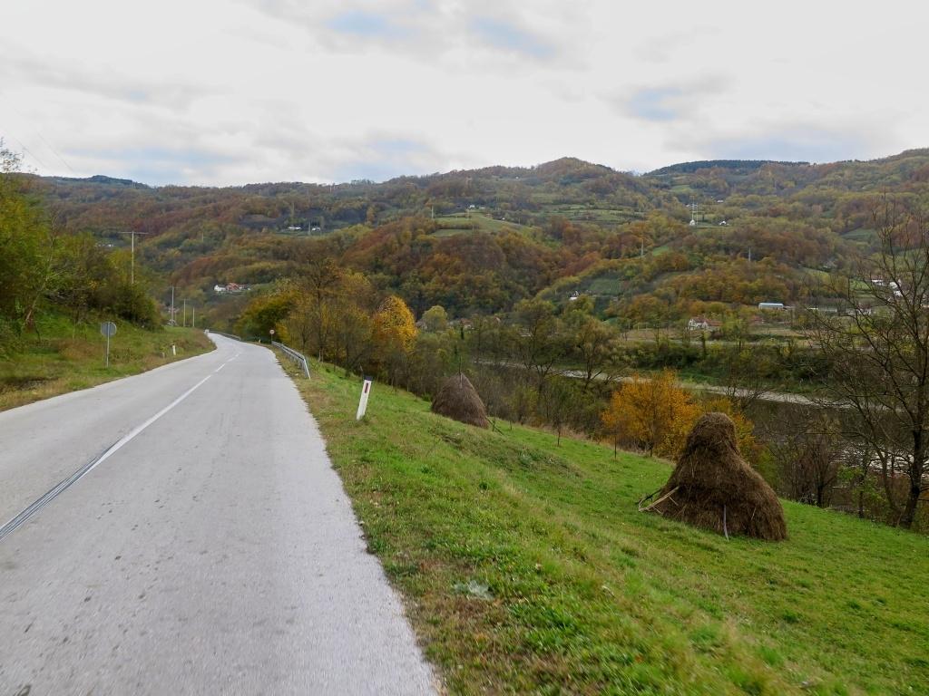 Cesta Bosnou podél Driny s výhledy do Srbska