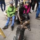 Jedna z budapešťských soch je dívka se psem.