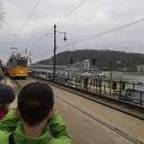 A opět jedeme kousek tramvají, Víťa si ji fotí.