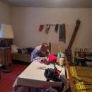 A to už jsme na Granátce (bývalém zájezdním hostinci) v přiděleném pokojíku. V kamnech topíme uhlím...