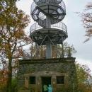 Na vrcholku stojí volně přístupná rozhledna