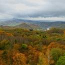 Z rozhledny má být vidět Labe na sedmi místech. Počasí je podzimní. Také je vidět i nová dálnice D8.