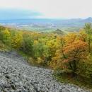 Výhledy. Před námi hradní vrch Kamýk, napravo od něj Lovoš.