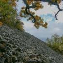 Cesta přes kameny