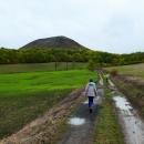 Ale zvládli jsme sestup a už míříme k dalšími kopci - 509 m vysokému Oblíku.