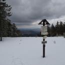 Na Polomském kopci je krásně vidět, že sníh je záležitost jen nejvyšších partií hřebene