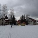 A v podstatě až ke kostelu dojíždíme na lyžích, což nám připadá neuvěřitelné. Deštné by se dnes mělo jmenovat spíš Sněžné :-)