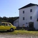 Stojí za to ale do obce odbočit. Historické jádro obce je totiž od roku 1992 městskou památkovou zónou. Kolštejn je zřícenina hradu částečně přestavěná na zámek.