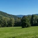 Sjeli jsme do Nových Losin, v penzionu Trojkámen si dali oběd, a pak vystoupali na Přemyslovské sedlo (765 m) a pokračovali dál na Tři kameny (907 m). První výhledy se objevily kousek nad sedlem.