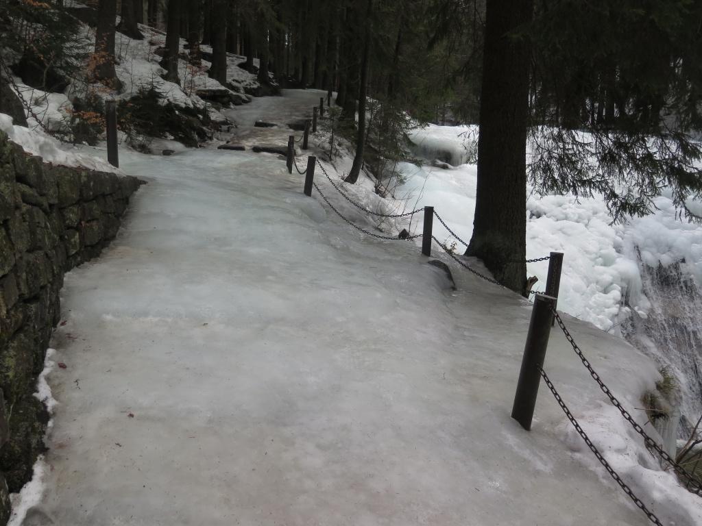 Cesta k říčce je slušná ledovka