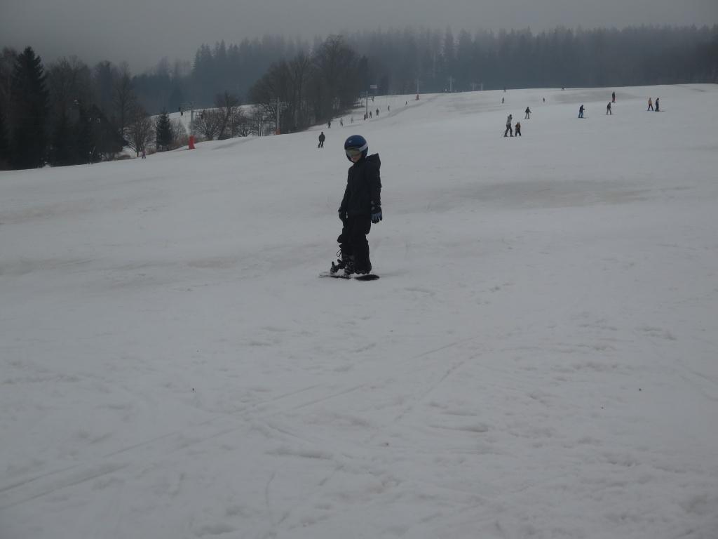 Druhý den vyrazily děti na blízkou sjezdovku a Víťa pilně trénoval na sbowboardu