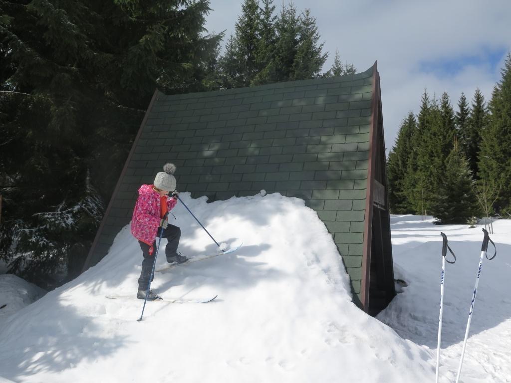 A dál už jen na běžkách... I v Jizerkách bylo sněhu spousty