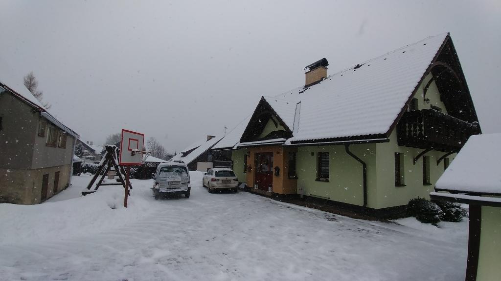 No a když jsme pak už z Krkonoš odjížděli, tak poslední noc začalo chumelit a do rána napadlo snad 10 cm sněhu. Tak takové byly naše letošní jarní prázdniny.