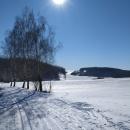 Směr nová Rudná. Jsme něco přes 700 m n. m., ale sněhu dostatek všude. Vyjeté stopy a minimum lidí.