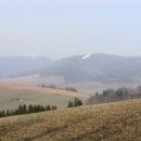 Cestu nám zpestřuje výhled na Králický Sněžník s nezaměnitelným pruhem sjezdovny na Slamníku -  jsou to tři týdny, co jsme tam byli lyžovat. Škoda jen, že výhled kazí opar.