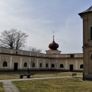 V klášteře