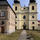 Nalevo před kostelem se nachází kaple Svatých schodů