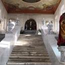 Uvnitř ukrývá schodiště, které je napodobeninou toho v Jeruzalémě, po němž kráčel Ježíš Kristus k soudnímu stolci Piláta.