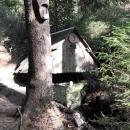 Pramen Tiché Orlice, která protéká Těchonínem. Donedávna zde byla jen odbočka k prameni, nyní odsud vede modrá tur. značka na vrchol Jeřábu