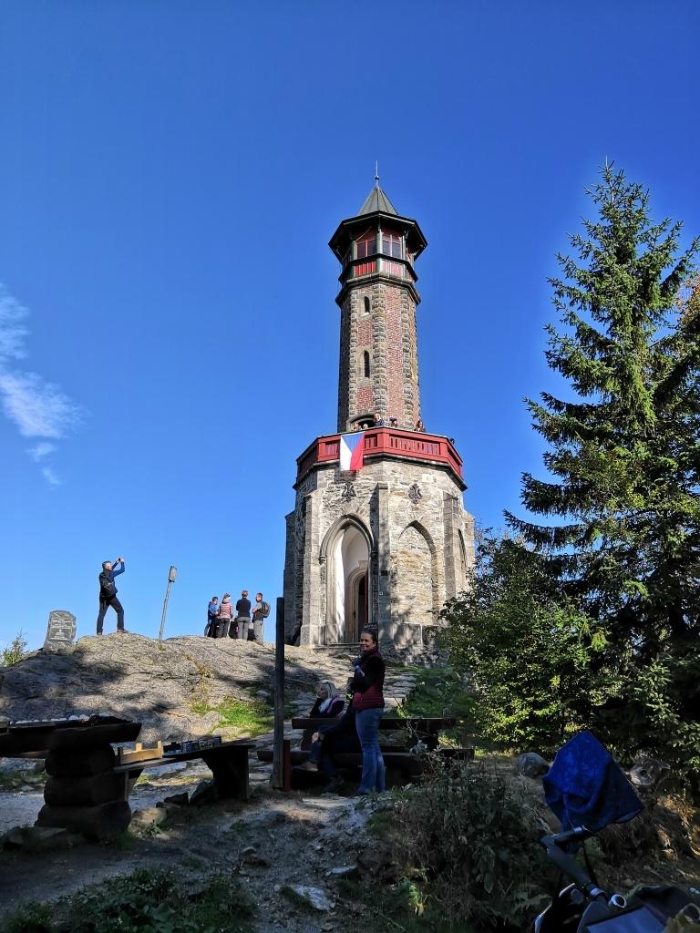 Rozhledna Štěpánka stojí nedaleko, na 959 metrů vysokém kopci. Kamenná rozhledna byla veřejnosti zpřístupněná v roce 1892. A já jsem na ní poprvé v životě!