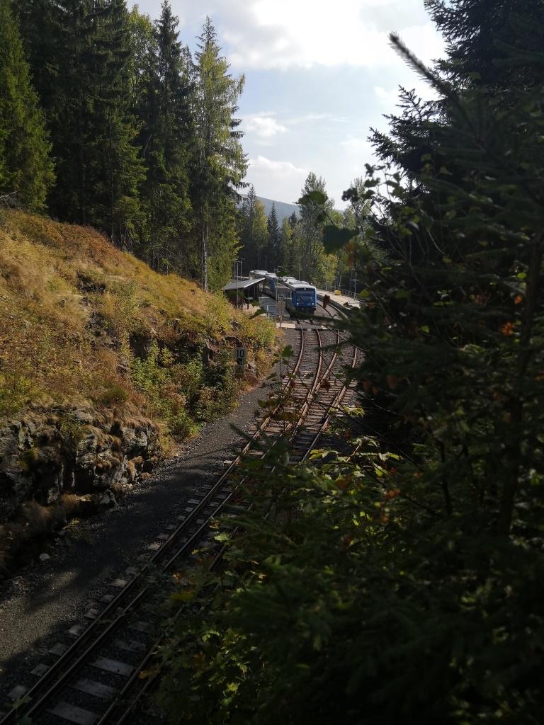 Při přejezdu kolejí jsme zavzpomínali, jak jsme tudy jeli vlakem v létě z Jakušic po přechodu Krkonoš