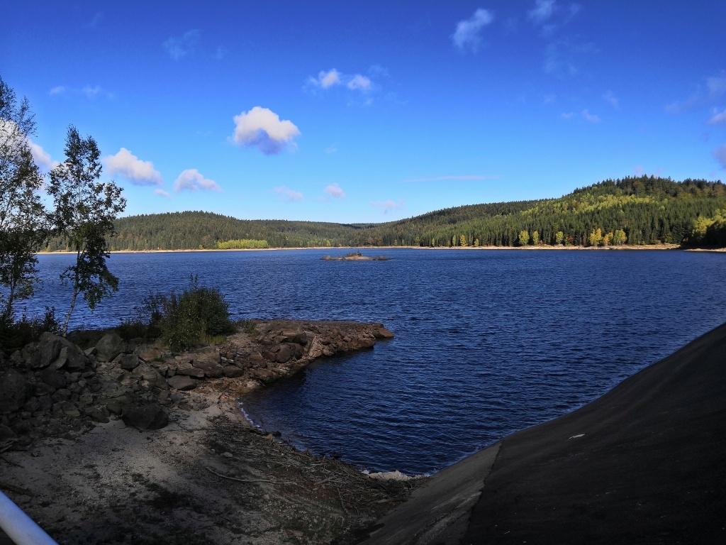 Obrázek skoro jak někde z Finska. Po včerejším dešti a mlze ani stopa, nebe je jasné.