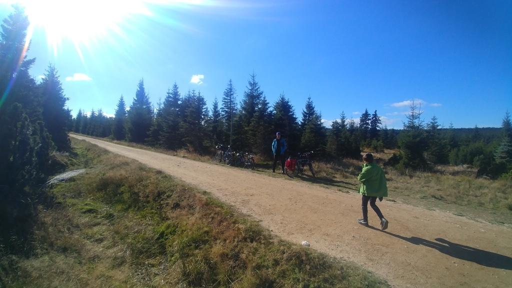 a napůl pěšky, napůl na kole jsme dojeli k odbočce na vrchol. Nadrzo jsme tady nechali kola opřená, výhoda starých krámů, kdo by je kradl :-)