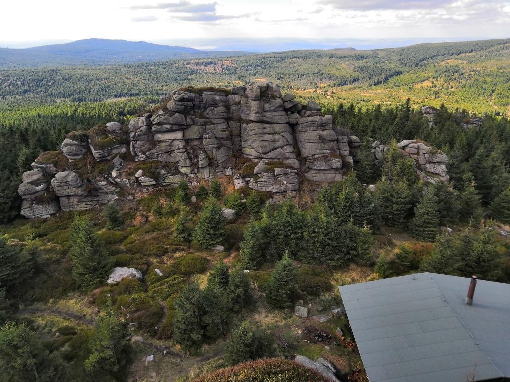 Pohled na sousední vrcholové skalisko (dole pod námi stojí zamčená útulna s verandou)