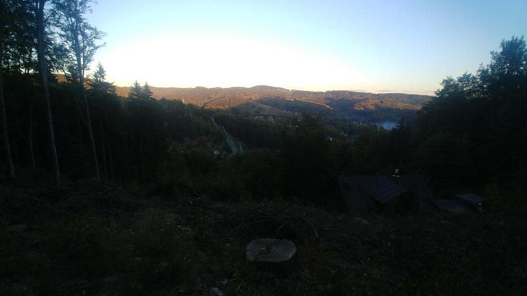Údolím Bílé Desné míříme do Desné a pak zkratkou do sedla pod Tanvaldský Špičák. Slunce už zapadá, a my se rozhodli, že ten Špičák zdoláme ještě dnes. Abychom toho neměli na další den tolik.