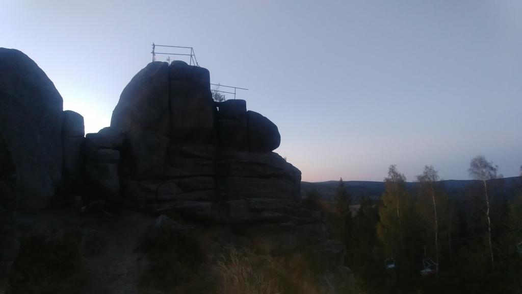 ... rozhledna už sice byla zavřená, ale na vrcholovém skalisku jsme byli sami.