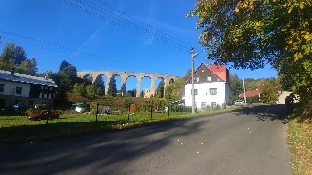 Poslední den nás čeká výlet dlouhý 26 km a čtyři rozhledny. Nejprve sjíždíme do Tanvaldu a pak vyjíždíme do Smržovky. Podjíždíme zdejší devítiobloukový železniční viadukt.